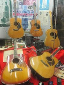 ギター① 60~70年代の国産名器がズラリ。その形やデザインから、マーチンやギブソンの影響を大きく受けているのが分かります。