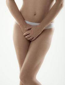 Femme cachant son sexe, rééducation du périnée