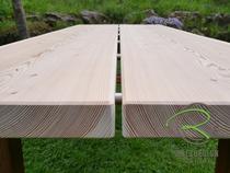 Lärche-Dielen als Tischplatte für Gartentisch mit rostigem Metallgestell
