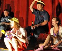 Prima Klima: Der Kabarettungsdienst des Johannes-Rau-Gymnasiums hatte offenbar auch selbst viel Spaß an der Satire.       (Foto: Mathias Kehren)