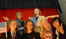 Lieferten eine hingebungsvolle Darbietung: der Kabarettungsdienst des Johannes-Rau-Gymnasiums. (Foto: Gerhard Bartsch)