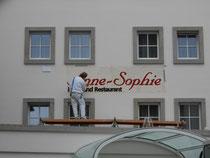 Roland Gramlich bei der Fassadenbeschriftung