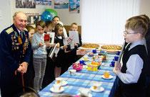 Киришские школьники поздравляют ветеранов
