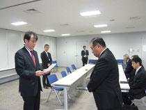 森川局長より、支部長代理:今井副会長受領