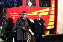 Der Bürgermeister überreicht unserm Wehrführer das Fahrzeug mit einem Symbolischen Zündschlüssel