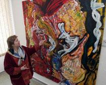 Lisa Winter, Initiatorin der Veranstaltung, zeigt sich im Burggrafiat begeistert über die Vielfalt der ausgestellten Werke. Fotos: pa/ Axel Schmitz
