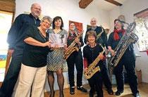 """Die Autorinnen Sigrid Konopatzki und Sylvia Filz (2. und 3. v. l.) wussten im Weingut Dätwyl genauso zu begeistern wie das Saxofon-Ensemble """"Querbeet Sax"""". Foto: hbz/Michael Bahr"""
