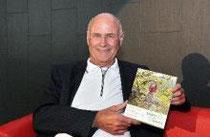 """Der Autor Günter Lindner mit seinem Buch """"Schritt für Schritt"""". Archivfoto: hbz/Linnemann"""
