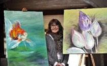 Die Malerin Annemarie Kijaszek präsentierte unter anderem Gemälde mit Blumen und asiatischen Motiven. Foto: Thomas Schmidt