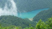 青い水の綺麗な白水湖