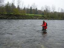 Robi konzentriert beim Fischen.