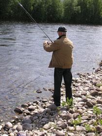 Alois fischt und fischt.