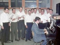Der MGV-Männerchor 1970 bei der Seniorenfeier in der neuen Schule
