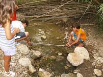 Els més joves del Grup mesurant la bassa