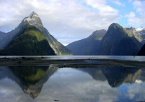 Neuseeland: Milford Sound mit Mitre Peak (links)