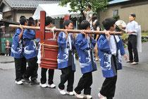 東字の樽(中学生が担ぎます)
