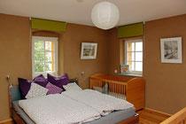 Schlafimmer mit Doppelbett undKinderbett