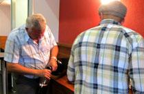 René Gabriel öffnet eine Jereoboam in der Pause zum Imbiss