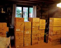Die Kisten sind oben und stehen in der Stube