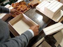 木箱を組み立てる