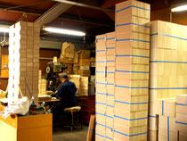 出荷を待つ木箱