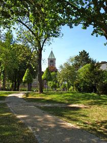 Blick vom alten Friedhof auf die Heilig-Geist-Kirche