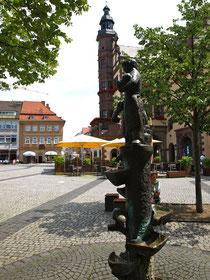 Das Marktbrünnle am Rathaus - im Hintergrund das Geburtshaus Friedrich Rückerts