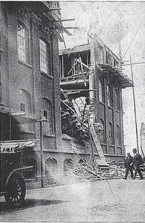 Die Heimann'sche Schuhfabrik mit einstürzter Außenwand - Foto: Stadtarchiv