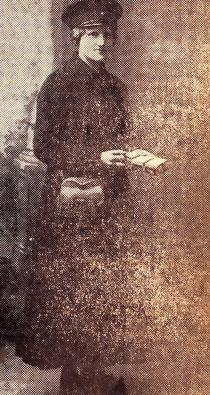 Babette Stegner im Jahre 1917 in ihrer streng wirkenden Straßenbahnuniform im Alter von 24 Jahren