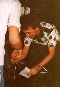 Elegant-Sänger Rainer gibt Autogramme