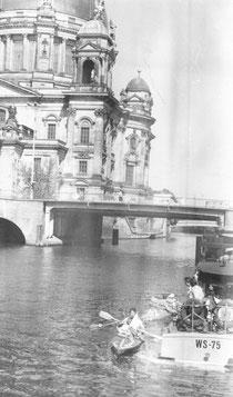 Paddeln vor dem Palast der Republik: Die Ost-Berliner Wasserschutzpolizei hilft den Schülerinnen und Schülern
