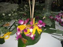 Ein selbstgebasteltes Boot aus Bananenblättern