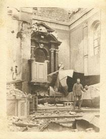 Der zerstörte Altar im Inneren der Pfarrkirche. Daneben hat sich ein ital. Soldat ablichten lassen. Sammlung Isonzofront.de