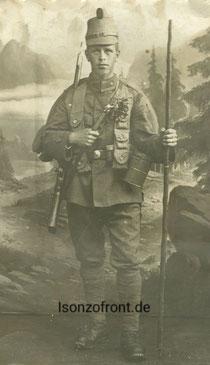 Emil Rauch als Gebirgsschütze in voller Ausrüstung, mit Gasmaske, Patronenbandoulier und Gebirgsstock.