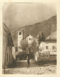 Blick vom Marktplatz hinauf zur Pfarrkirche und in die Cuklahänge. Auf der Straße posiert ein ital. Soldat mit Gebirgsstock. Sammlung Isonzofront.de