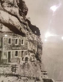 Das Gebäude der Inferma Rombon in den 20/30er Jahren. Die Aufschrift Infrema Rombon ist noch lesbar. Heute ist das Gebäude als solches nicht mehr erhalten. Das Foto kann man in der Sammlung von Yvo Ivancic aus Bovec betrachten.