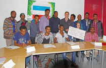 Die Schüler Meggie Witzch und Kim Henrik Freitag freuten sich, im Namen der Schule den Scheck zu überreichen.