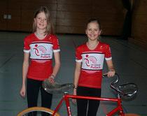 Sabina und Paulina Weltin mit den neuen Kunstrad-Trikots