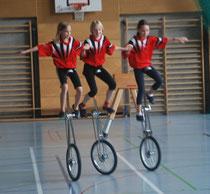 Anne Mahr, Sabine Tausch und Lisa Lachner bei einer Show-Einlage im Einradfahren