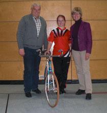 Katharina Schaller (Mitte) zusammen mit Bürgermeister Jürgen Westenthanner und Gemeinderätin Cornelia Zechmeister