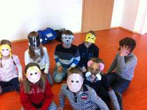 Kindergruppe mit Spielmasken
