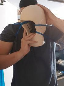 Impacthead mit Powerband an den eigenen Schultern befestigt.