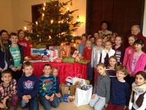 Viele Weihnachtstüten und Präsente kamen bei der Sammelaktion der katholischen Grundschule Sankt Martin zusammen.