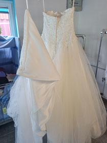 Nach der Reinigung und nach dem Bügeln erstrahlt das Hochzeitskleid wieder wie neu!