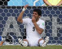 Luis Suarez l'Uruguayen se plaint-il de coup aux dents auprès de l'arbitre ?