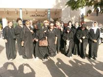 Tout juste sorties du couvent... et prètes à entrer à la mosquée..?