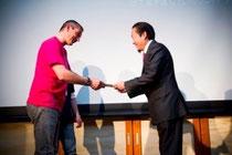 陸前高田戸羽市長へフランスワイン生産者ジャンフランソワ・ニックさんが生産者代表として手渡しました。<2012.2.19福岡にて>