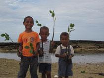 苗木運びを手伝う子どもたち