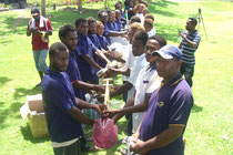 植林時や植林後の手入れに必要な資材も提供されました。