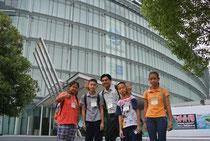 日本科学未来館の前で記念撮影